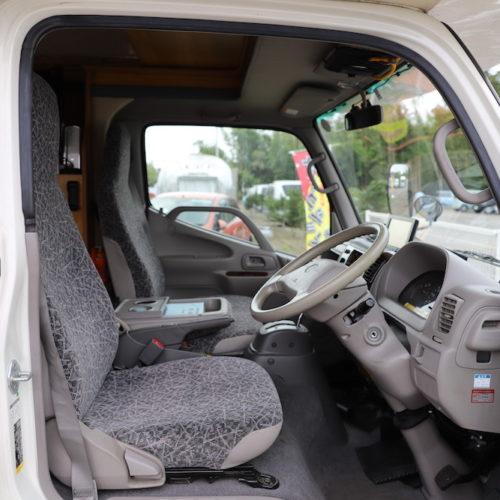 運転席、助手席共にシンプルで長距離移動に最適なシートになっております。