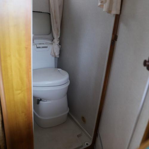 レストルームですがトイレは使用不可ですので荷物入れスペースとしてお使い下さい。
