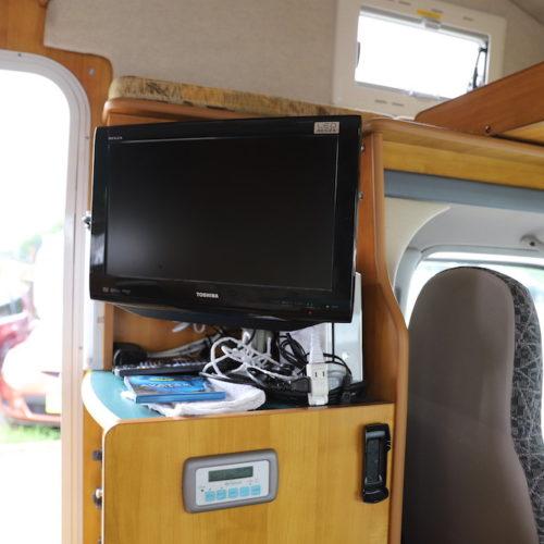 テレビ、ブルーレイ対応のDVDデッキが装備されています。
