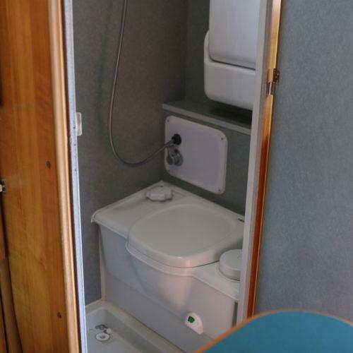 トイレ・シャワールームです。荷物入れまたは、着替え室として使用してください。