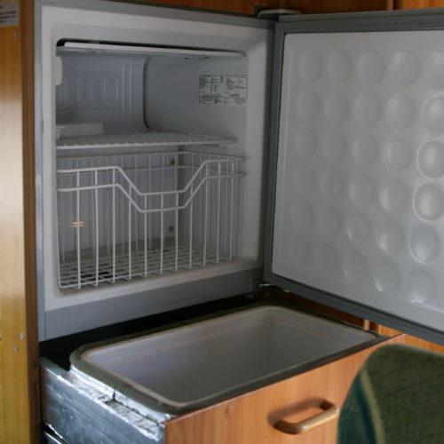 冷蔵庫は2段になっており、外部充電使用時に使えます。
