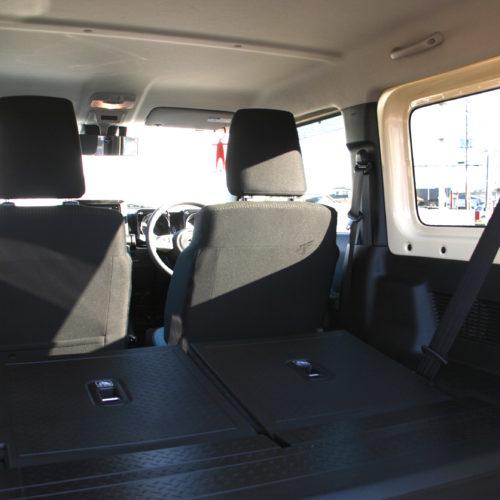 後部シートを倒すと広大なスペースが確保できます。