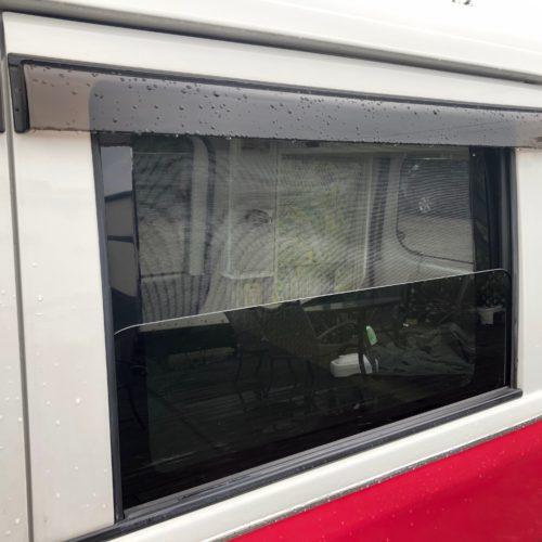 網戸を設置しております。夜間の暑い時に窓を開けても安心です!