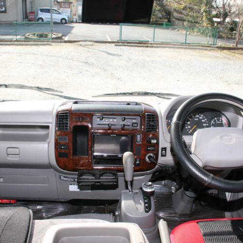 運転席は黒、赤でまとまっておりオーナー様のこだわりを感じられます!