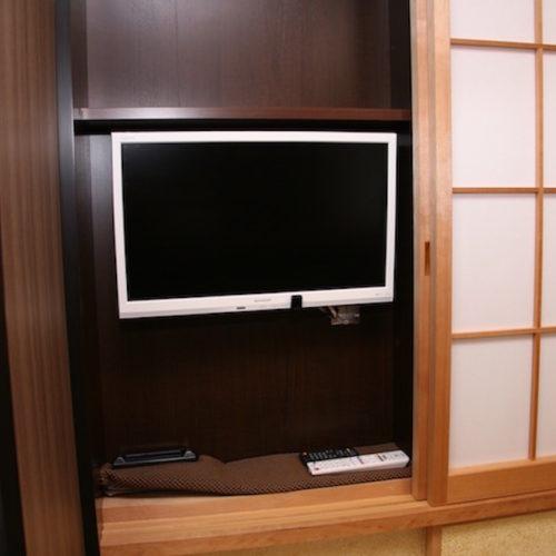 襖を開けるとテレビが収納されています。