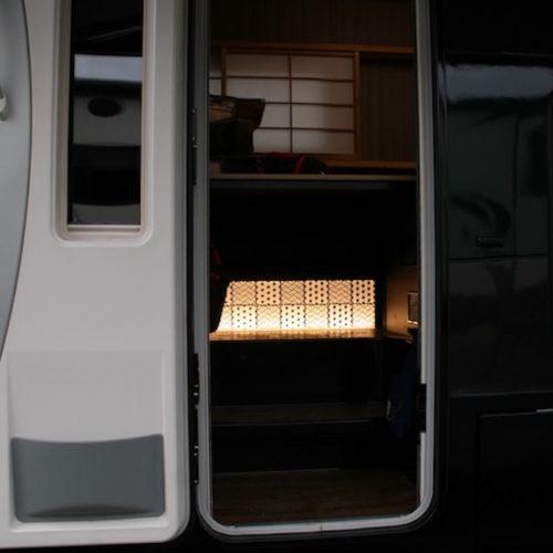 入り口に足元を照らすライトがついており夜間の乗り降りが安全に行えます。