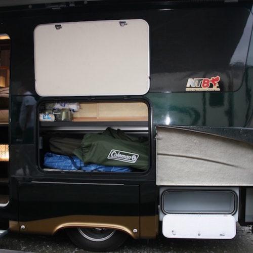 入り口側の外部収納です!キャンプ用品などたっぷり入ります!