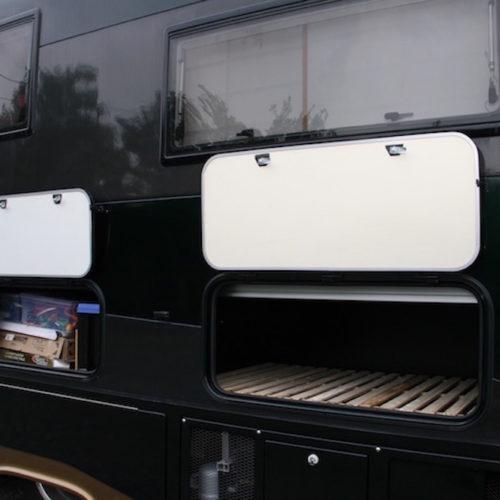 運転席側の外部収納です。両側収納ですので荷物が多くなっても安心です!