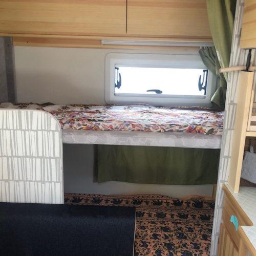 リアベッドは2段ベッドになっておりゆったりと就寝可能な広さです!