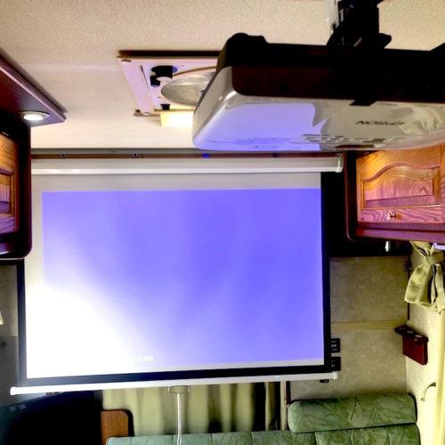 スクリーン完備となっておりますので、DVDを大画面で楽しめます!