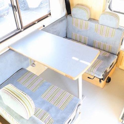 後部座席もゆったりとくつろげるスペースになっております。