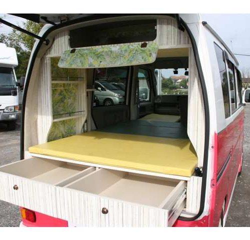 トランクを開けるとベッドの下に収納スペースがあります。