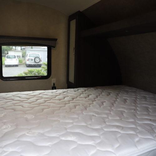 ダブスサイズのベッドですのでゆったりとお休みください。