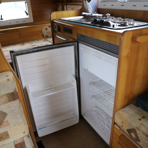 冷蔵庫はとてもよく冷えます。ソーラー発電があるので弱にしておけば一日中使用可能です。