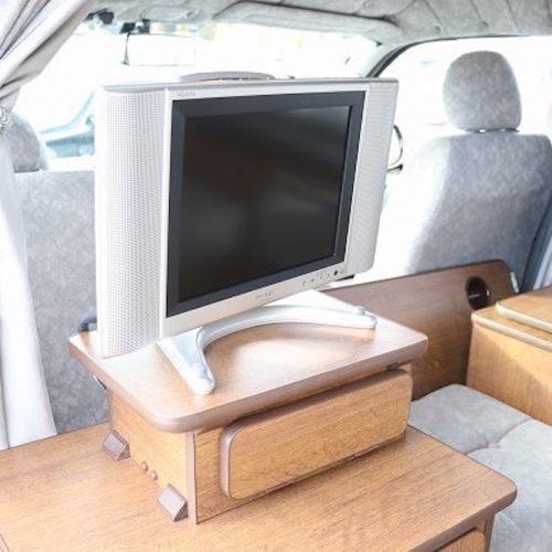 後部座席にTVがついております。エンジンを切ってもサブバッテリーにて使用可能です。