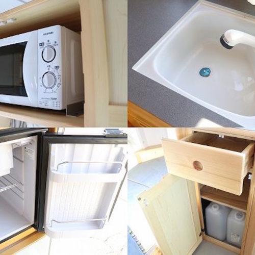 シンク・冷蔵庫・給水タンク装備しております。電子レンジは装備されていません。