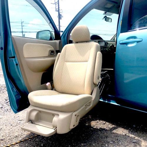 助手席が降りて車椅子からの乗車が楽に行えます。