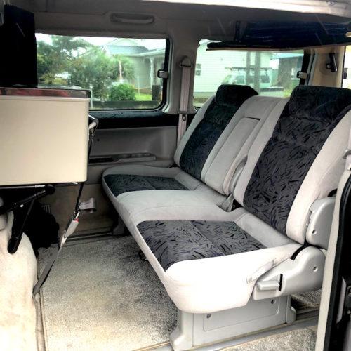 後部座席は3人乗車可能です。