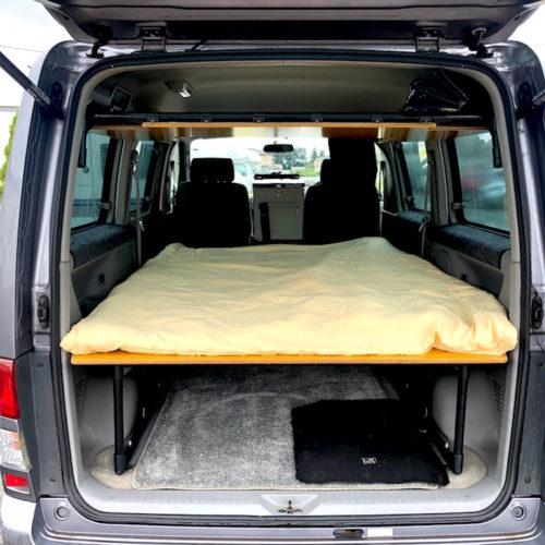 後部座席を倒すと就寝スペースとなります。